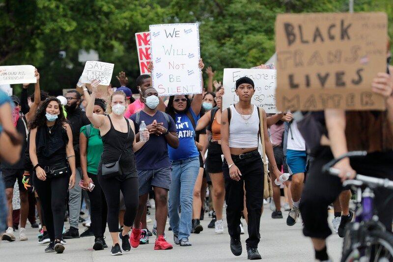 Una manifestación tras la muerte de George Floyd, el 2 de junio de 2020, en Miami. (AP Photo/Lynne Sladky)