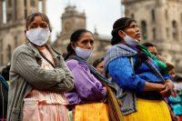 Artesanos indígenas protestan frente al Palacio Nacional el lunes 11 de mayo de 2020.José Méndez / EFE