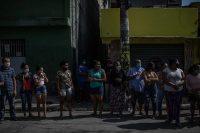 Algunas personas hacen fila para obtener alimentos donados en São Paulo, en mayo de este año. Credit Victor Moriyama para The New York Times
