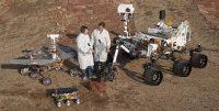 Dos ingenieros, junto a modelos de 'Sojourner' (en el frente), 'Spirit' y 'Opportunity' (izquierda) y 'Curiosity' (derecha). Nasa