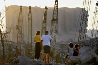 Un couple et des enfants regardent les dommages causés il y a dix jours par l'explosion du port de Beyrouth, le 13 août 2020 Photo -. AFP