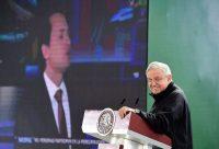 El presidente de México, Andrés Manuel López Obrador, habla del caso de Emilio Lozoya (cuyo retrato aparece en la pantalla de fondo) en julio de este año. Credit Presidencia de México/EPA vía Shutterstock