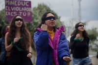 """Un grupo de mujeres recrea la performance chilena """"Un violador en tu camino"""" durante una protesta frente al Ministerio de Educación en Quito, Ecuador, el 28 de enero de 2020. Ese día Ecuador admitió ante la Corte Interamericana de Derechos Humanos su responsabilidad en el caso de Paola Guzmán Albarracín, quien se suicidó a los 16 años después de sufrir abuso sexual por parte de las autoridades de su escuela. (Rodrigo Buendía/Afp/AFP/Getty Images) (RODRIGO BUENDIA/Afp/AFP/Getty Images)"""