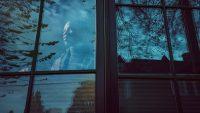Lyfe Tavarres en su apartamento en Portland, Oregón. Durante la crisis del coronavirus ha encontrado alivio en comunicarse con familiares y amigos. Credit Leah Nash