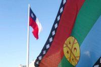 La Wenüfoye, la bandera mapuche, ondea en Santiago con la bandera chilena de fondo. Credit Alberto Valdes/EPA vía Shutterstock