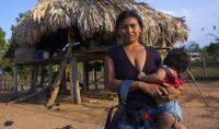Una mujer de la tribu emberá sostiene en brazos a su mujer en Alto Playona, Panamá. Eric Lafforgue Corbis via Getty Images