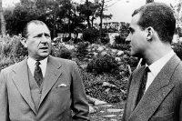 """El entonces Príncipe de Asturias (D) conversa con su padre, Don Juan (I), en """"Villa Giralda"""", residencia del conde de Barcelona en Portugal. EFE"""