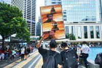 Un manifestante llevó un cartel con un meme en una protesta política en Hong Kong. Credit An Rong Xu para The New York Times