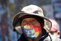 """Un hombre con una máscara que dice """"Bolivia no se callará"""" asiste a un mitin exigiendo la renuncia de la presidenta interina Jeanine Áñez el 14 de agosto de 2020 en El Alto, en las afueras de La Paz. (David Mercado/REUTERS)"""