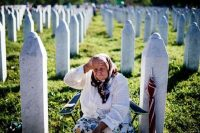 An elderly Bosnian woman mourns at the grave of her relative on July 11, 2015 at the Potocari memorial center, near the eastern town of Srebrenica. © Dimitar Dilkoff / AFP