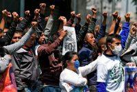 Familiares y compañeros de los 43 estudiantes desaparecidos de la Escuela Rural de Ayotzinapa protestan frente a la sede de la Suprema Corte de Justicia en Ciudad de México, el 23 de septiembre de 2020. (Alfredo Estrella/AFP)