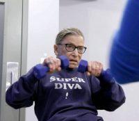 Incluso durante la pandemia, la jueza Ruth Bader Ginsburg mantuvo la rutina, continuó sus sentadillas y ejercicios de pierna en el gimnasio de la Corte Suprema. Credit Magnolia Pictures, vía Associated Press