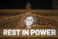 """Una imagen de la juez Ruth Bader Ginsburg sobre la leyenda """"Descanse en poder"""", desplegada en la Corte Suprema de Nueva York.ANDREW KELLY / Reuters"""