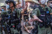 Agentes de policía patrullan Hong Kong después de las manifestaciones contra la imposición de una ley de seguridad nacional por parte de China. Credit Lam Yik Fei para The New York Times