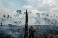 Un soldado intenta apagar el fuego en una zona de la Amazonía que estaba incendiándose en 2019. Credit Leo Correa/Associated Press