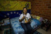 Una madre sostiene el retrato de su hija fallecida, una de las víctimas mencionadas en el informe sobre Venezuela presentado ante la ONU de esta semana. Geraldin Moreno Orozco murió después de que la policía le disparó con una escopeta en la cara en una protesta contra el gobierno de Maduro en 2014. Credit Meridith Kohut para The New York Times