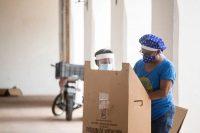 Una mujer ayuda a su madre a votar en Santo Domingo durante las elecciones presidenciales de República Dominicana, celebradas el 5 de julio de este año. Credit Tatiana Fernandez/Associated Press