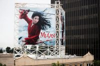 Un anuncio al aire libre de 'Mulán' de Disney en Hollywood, el 13 de marzo. (Rich Fury para Getty Images)