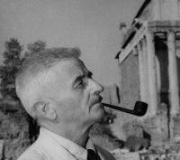 William Faulkner fuma en Roma, en 1955. Mondadori (Getty Images)