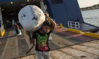 Refugiados del campamento incendiado de Moria en Lesbos desembarcan en un ferry en el puerto de Lavrio para ser trasladados a otro asentamiento en la Grecia continental. Socrates Baltagiannis DPA