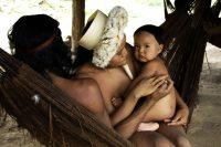 Una familia de la comunidad zo'é. Después de que los misioneros se pusieran en contacto con ellos, los zo'é casi fueron aniquilados por enfermedades. Credit Fiona Watson/Survival International