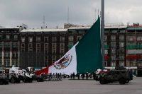 Soldados izan la bandera mexicana como parte de su desfile militar anual del Día de la Independencia, el 16 de septiembre de 2020. (AP Photo/Marco Ugarte)