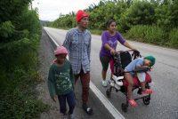 Una familia migrante hondureña camina por San Luis Petén, Guatemala, el 3 de octubre de 2020, en su trayecto hacia el norte del continente. (AP Photo/Moises Castillo)