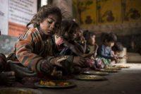 Hora del almuerzo en el 'anganwadi' (centro infantil rural) en el Village Rampuriya, Baran (Rajasthan). India.Lys Arango / ACH
