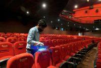 El proceso de esterilización con un dispositivo de luz ultravioleta en los asientos de las salas de cine en Bangalore, India, el 8 de octubre de 2020. (Manjunath Kiran/AFP)