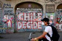 Un hombre en bicicleta por Santiago de Chile dos días antes del referéndum del pasado 25 de octubre.PEDRO UGARTE/AFP/GETTY IMAGES