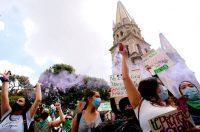 Activistas feministas se manifiestan contra los feminicidios y la violencia hacia las mujeres en Guadalajara, Jalisco, el 16 de septiembre de 2020. (Ulises Ruiz / AFP)