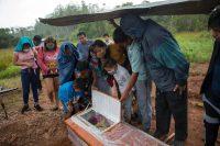 Miembros de la comunidad shipibo de Pucallpa, en Perú, están de luto por una víctima del coronavirus. Los shipibo habían intentado evitar la entrada de la COVID-19 al bloquear las carreteras y aislándose. Credit Rodrigo Abd/Associated Press