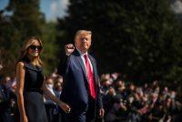 El presidente de Estados Unidos, Donald Trump, y la Primera Dama, Melania Trump, salen de la Casa Blanca el 22 de octubre de 2020. (Amanda Voisard/The Washington Post)