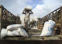 Lors d'une livraison de denrées alimentaires, à Mogadiscio, en Somalie, en 2011. Photo AP