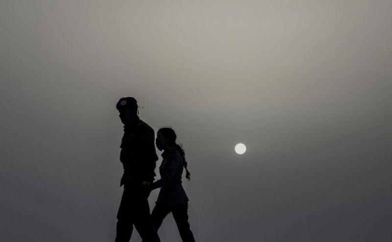 Policías usando máscaras caminan bajo una nube de polvo del Sahara por La Habana, Cuba, el 24 de junio de 2020. (Ramón Espinosa/AP Photo) (Ramon Espinosa/AP)