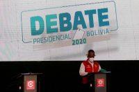 El candidato Feliciano Mamani del Partido de Acción Nacional Boliviano (PAN-BOL) se encuentra en su atril junto a otro vacío, designado para Luis Fernando Camacho del partido Creemos, durante el debate de la campaña presidencial boliviana 2020 en La Paz, Bolivia, 4 de octubre de 2020. (David Mercado/REUTERS)