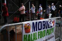 En Brooklyn, en la ciudad de Nueva York, unas personas reciben comida fuera de una mezquita y centro cultural el 18 de septiembre de 2020. (Spencer Platt/Getty Images)