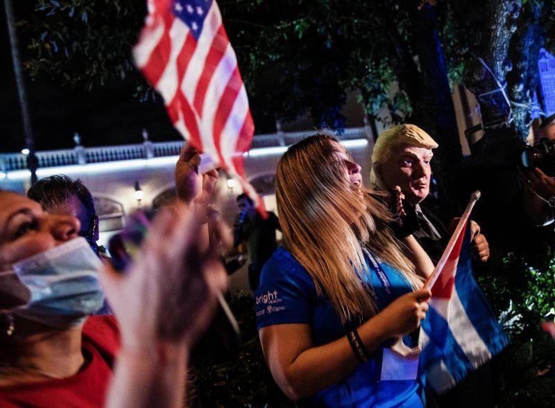 Personas festejan en La Pequeña Habana en Miami la noche del martes después de que Donald Trump ganó Florida. Credit Scott McIntyre para The New York Times