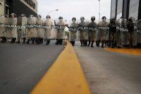 La policía contiene una manifestación a favor de Martín Vizcarra en Lima, Perú, el 11 de noviembre. Credit Sebastian Castaneda/Reuters