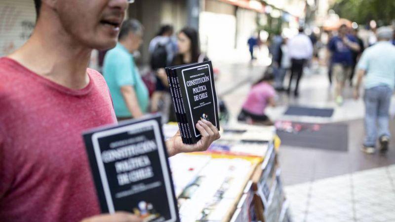 Un vendedor callejero ofrece ejemplares de la Constitución de Chile en el centro de Santiago.Sebastián Utreras