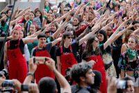 El colectivo Lastesis interpreta 'Un violador en tu camino', en pasado 19 de diciembre en Santiago de Chile.JAVIER TORRES / AFP