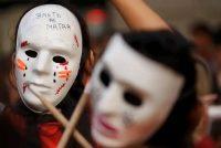 """La máscara de una mujer está cubierta con la frase: """"Basta de matar"""", durante una protesta contra la violencia de género en Buenos Aires, Argentina, el lunes 3 de junio de 2019. (Natacha Pisarenko/AP Photo)"""