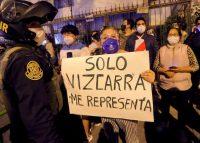 El expresidente peruano Martín Vizcarra llega a su casa después de abandonar el Palacio de Gobierno tras su destitución en Lima el 9 de noviembre de 2020. (Luka Gonzales/AFP via Getty Images)