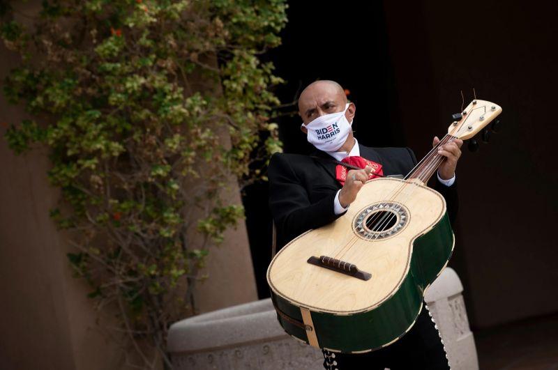 Un partidario de Joe Biden en Las Vegas, el 9 de octubre. Credit Brendan Smialowski/Agence France-Presse — Getty Images