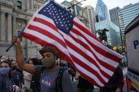 Simpatizantes de Biden celebran la victoria en las calles de Pensilvania.BRYAN R. SMITH / AFP