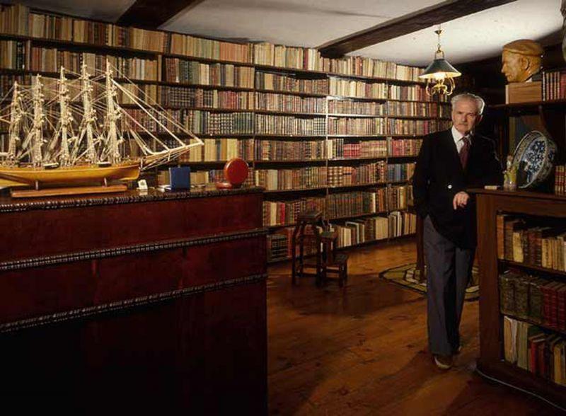 Julio Caro Baroja posa en la biblioteca de su casa de Itzea, barrio de Vera de Bidasoa (Navarra).FRANCISCO ONTAÑÓN