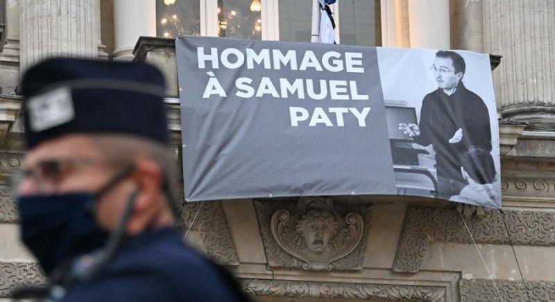 Portrait de l'enseignant Samuel Paty. Façade de l'opéra de Montpellier. 21 octobre 2020. — © Pascal GUYOT / AFP)