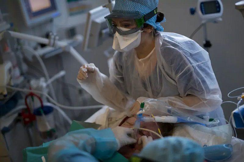 Enfermeras con un paciente de COVID-19 de 61 años en el sur de Francia, el 12 de noviembre de 2020. (AP Photo/Daniel Cole)