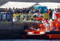 Un inmigrante es desembarcado en el muelle de Arguineguín en la isla de Gran Canaria.BORJA SUAREZ / Reuters