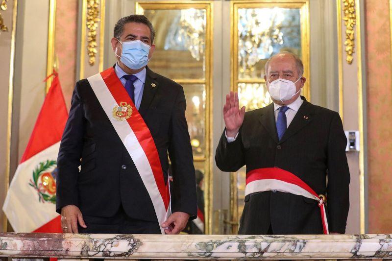 A la izquierda, el nuevo presidente de Perú, Manuel Merino; a la derecha, el primer ministro, Ántero Flores-Aráoz, el 11 de noviembre. Credit Luis Saldana/EPA vía Shutterstock